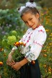 Het meisje kleedde zich in Oekraïens volkskostuum stock foto's