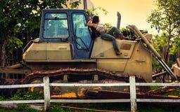 Het meisje kleedde zich omhoog als veedrijfster stock fotografie