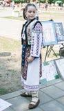 Het meisje kleedde zich in traditionele kleding, die voor een portret stellen Royalty-vrije Stock Afbeeldingen