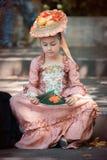 Het meisje kleedde zich in Victoriaanse kleren Stock Foto