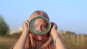Het meisje kleedt een onderwatermasker stock videobeelden