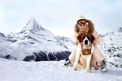 Het meisje koestert een hond-spaarder Royalty-vrije Stock Foto's