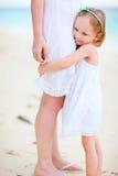 Het meisje koestert haar mamma Stock Afbeelding