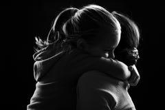 Het meisje koestert haar moeder Royalty-vrije Stock Foto's