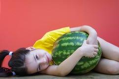 Het meisje koestert watermeloen Royalty-vrije Stock Foto's
