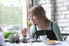 Het meisje in koffie Royalty-vrije Stock Fotografie