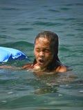 Het meisje komt uit het overzees te voorschijn royalty-vrije stock foto
