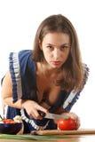Het meisje kookt een salade stock afbeeldingen