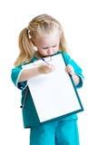 Het meisje in kostuum van arts neemt nota's Royalty-vrije Stock Afbeeldingen