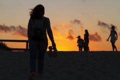 Het meisje kreeg aan de oceaan bij zonsondergang royalty-vrije stock foto's