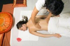 Het meisje krijgt een Achter horizontale Massage - Royalty-vrije Stock Afbeeldingen