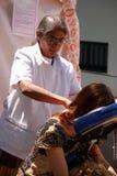Het meisje krijgt massage, reiki Stock Foto