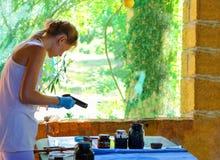 Het meisje krijgt patroon op de stoffenverf in een landelijke workshop Royalty-vrije Stock Foto's