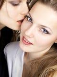 Het meisje kust ander meisje Royalty-vrije Stock Foto's