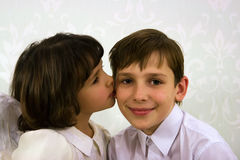 Het meisje kust de broer op een wang Royalty-vrije Stock Foto