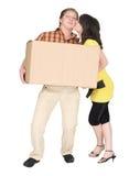 Het meisje kust de kerel houdend een doos Royalty-vrije Stock Foto's
