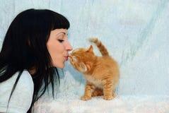 Het meisje kust een rood katje Royalty-vrije Stock Foto's