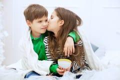 Het meisje kust en koestert jongen Het concept liefde en Val Stock Foto's