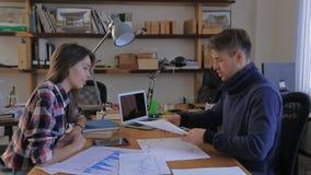 Het meisje kwam aan zijn financiële adviseur jaarlijkse grafieken, stock footage