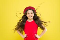 Het meisje kweekt lang haar De mannequin van de tiener Ontdek verschil Stilerend krullend haar Kapperuiteinde Lang jong geitjemei stock foto's