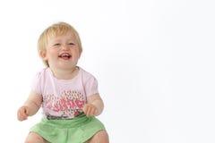 Het meisje lacht en bekijkt de camera stock afbeelding