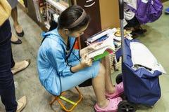 Het meisje las een boek Stock Foto
