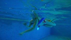 Het meisje leert hoe te zwemmen gebruikend de schuimstok stock videobeelden