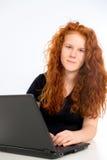 Het meisje leert met de computer stock afbeelding