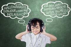 Het meisje leert vreemde taal met hoofdtelefoons Royalty-vrije Stock Afbeeldingen