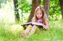 Het meisje leest Royalty-vrije Stock Foto's