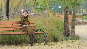 Het meisje leest in Autumn Park stock video