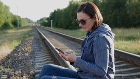 Het meisje leest het bericht! stock video