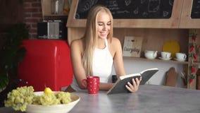 Het meisje leest Boek stock videobeelden