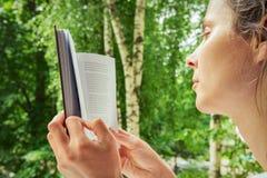Het meisje leest Boek Stock Afbeeldingen