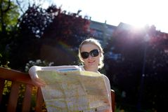 Het meisje leest buiten de kaart Royalty-vrije Stock Foto