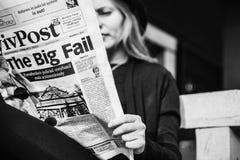 Het meisje leest de krant Stock Fotografie