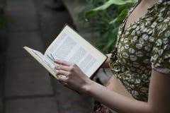 Het meisje leest een boek royalty-vrije stock afbeeldingen