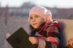 Het meisje leest het boe-geroep Royalty-vrije Stock Afbeeldingen