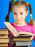 Het meisje leest het boek royalty-vrije stock foto