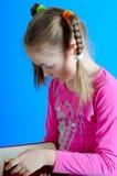Het meisje leest het boek stock foto's