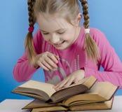 Het meisje leest het boek stock fotografie