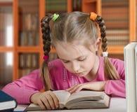 Het meisje leest het boek royalty-vrije stock fotografie