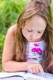 Het meisje leest het boek Royalty-vrije Stock Afbeelding