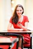 Het meisje leest sms op telefoon Royalty-vrije Stock Fotografie