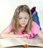 Het meisje let op een fotoalbum stock fotografie