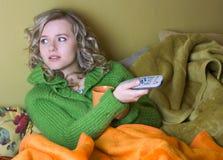 Het meisje let op TV royalty-vrije stock foto