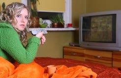Het meisje let op TV royalty-vrije stock afbeeldingen