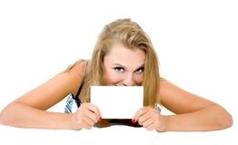 Het meisje ligt en houdt de tablet geïsoleerdg Stock Foto
