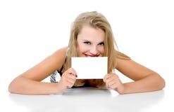 Het meisje ligt en houdt de tablet geïsoleerdg Royalty-vrije Stock Afbeeldingen