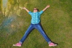 Het meisje ligt op het gras De zon glanst Achter de kinderen is er een groot wit zeil royalty-vrije stock foto's